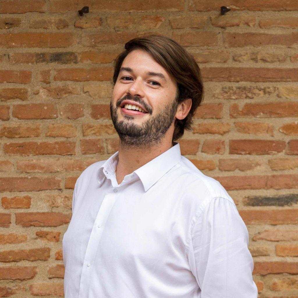 portrait de Baptiste devant un mur en brique