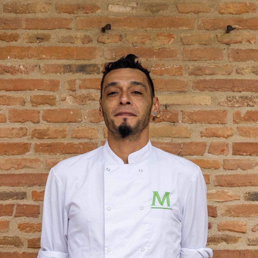 portrait de Javier devant un mur en brique